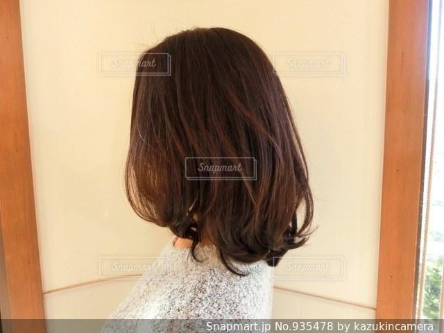 カメラにポーズ鏡の前に立っている女性の写真・画像素材[935478]