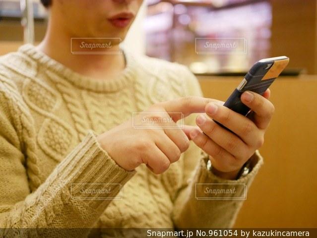携帯電話を持つ手の写真・画像素材[961054]