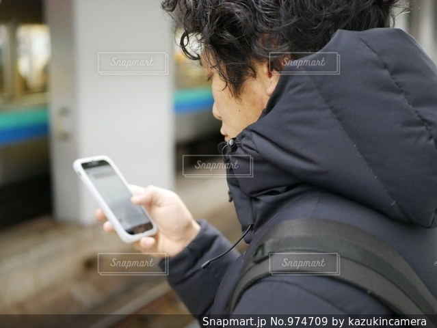 携帯電話を保持している男の写真・画像素材[974709]
