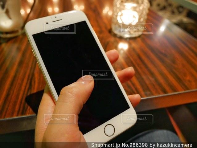 携帯電話を持つ女性の手の写真・画像素材[986398]