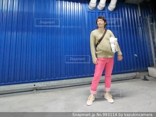 建物の前に立っている男性の写真・画像素材[993114]