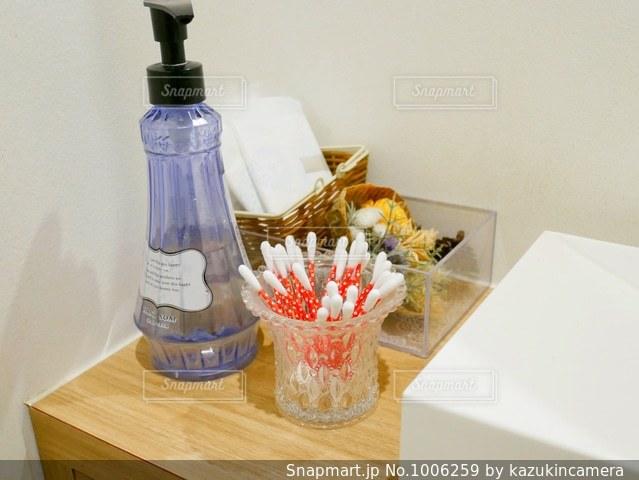 テーブルの上にワインのボトルの写真・画像素材[1006259]