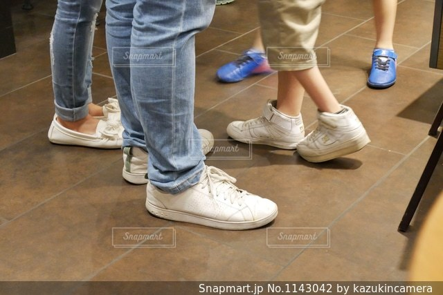 人の足に靴のグループの写真・画像素材[1143042]