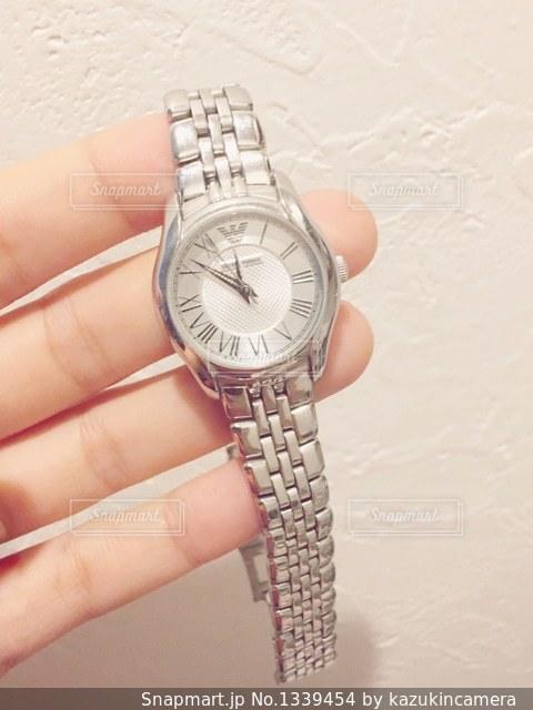 腕時計を持つ女性の手元の写真・画像素材[1339454]