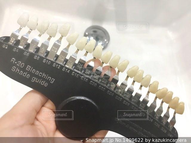 ホワイトニングで歯の色をチェックの写真・画像素材[1409622]