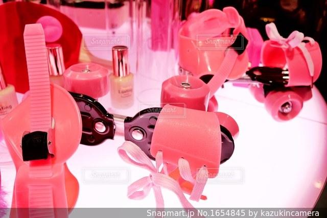 テーブルの上のピンクの花のグループの写真・画像素材[1654845]