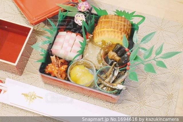 テーブルの上にある御節料理の写真・画像素材[1694616]