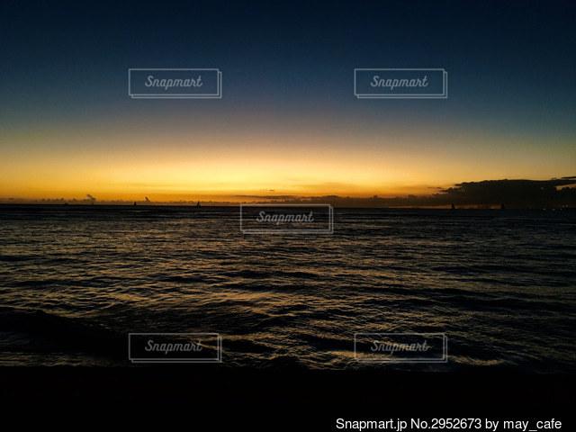 海に沈む夕日の写真・画像素材[2952673]