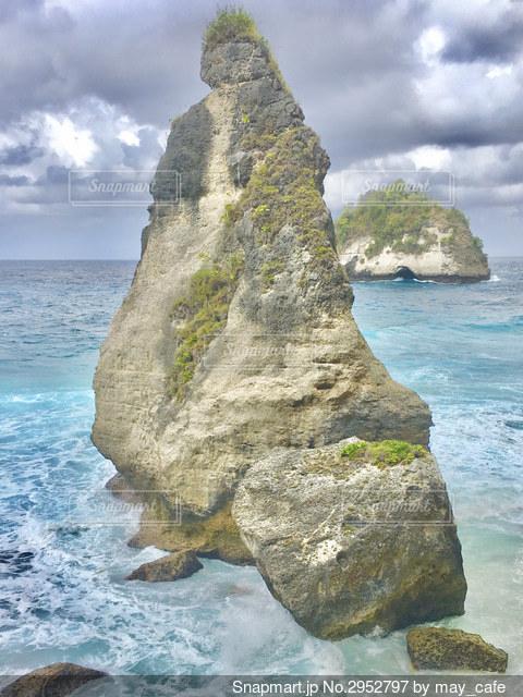 水域の真ん中にある大きな岩の写真・画像素材[2952797]