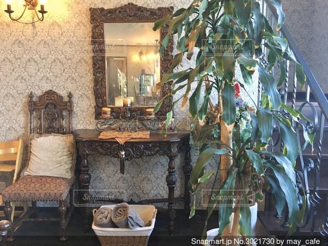 家具と暖炉でいっぱいのリビングルームの写真・画像素材[3021730]