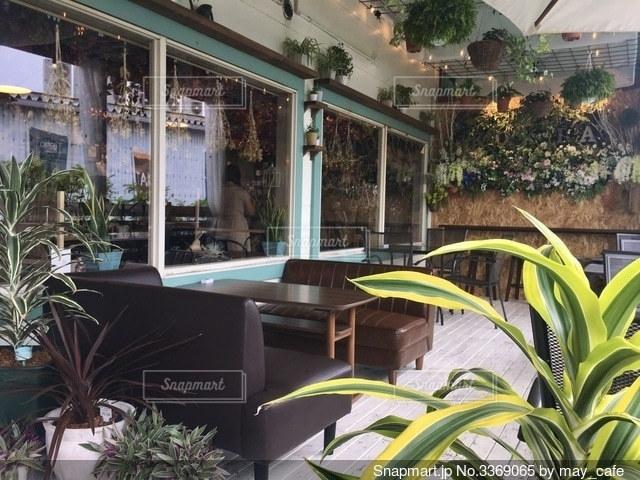 お洒落なカフェのテラス席の写真・画像素材[3369065]