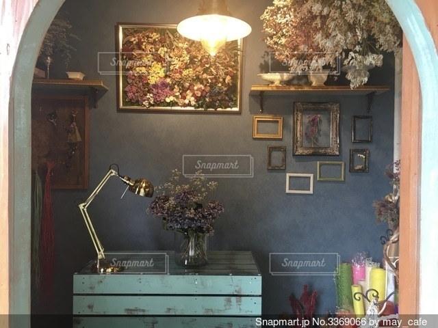家具と花瓶で満たされた部屋の写真・画像素材[3369066]