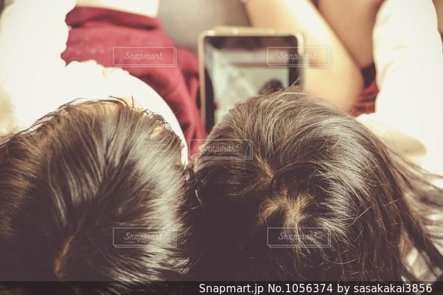 タブレットを見る姉妹の写真・画像素材[1056374]