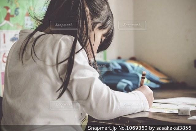 勉強する子供の写真・画像素材[1069360]