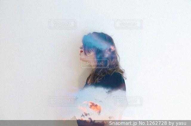 カメラを探している人の写真・画像素材[1262728]