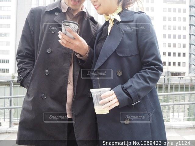 身に着けているスーツとネクタイの建物の前に立っている男の写真・画像素材[1069423]