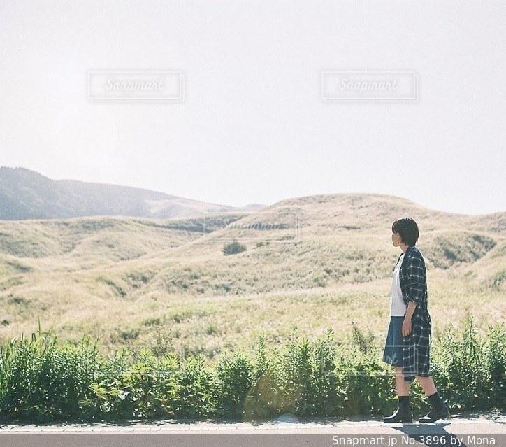 阿蘇と女性のの写真・画像素材[3896]