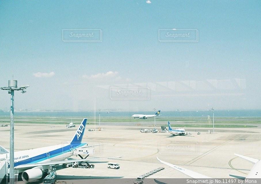 飛行機と滑走路の写真・画像素材[11497]