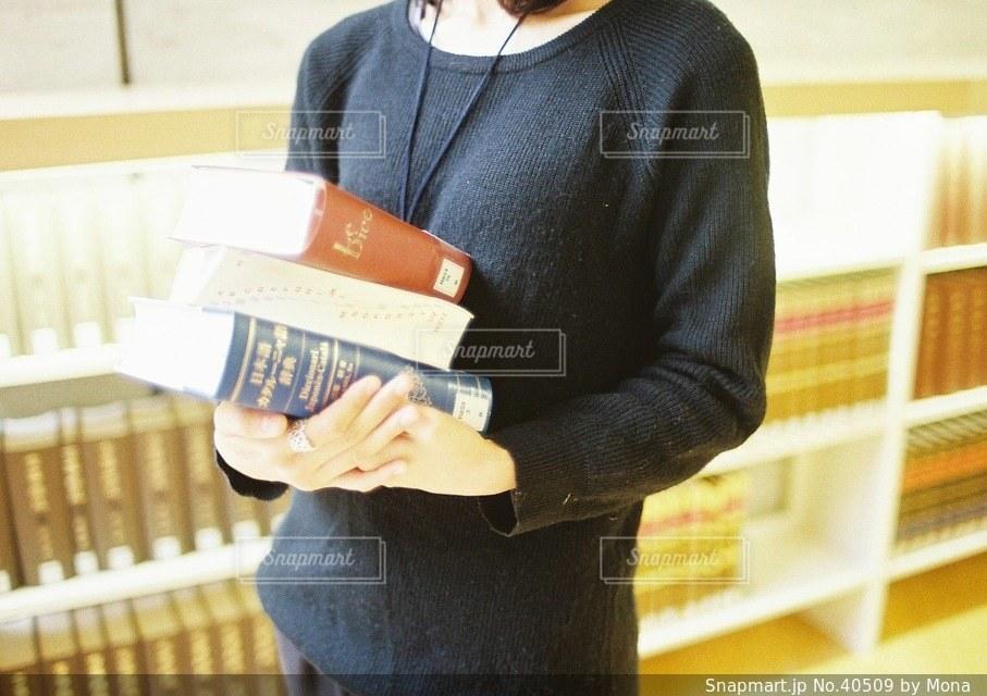 図書館で本を探す女性の写真・画像素材[40509]