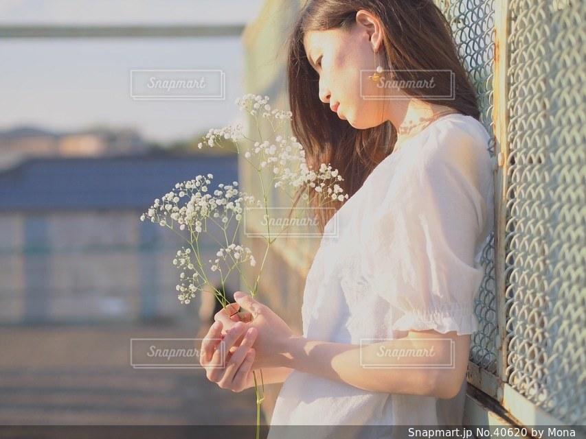 花束と女性の写真・画像素材[40620]