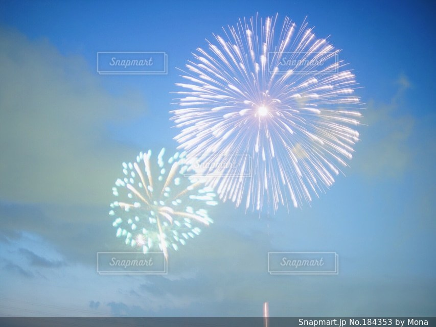 淡い空に打ち上がる花火の写真・画像素材[184353]