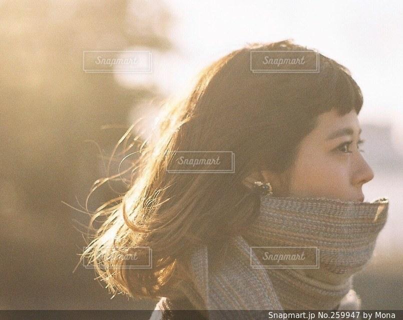 冬の光に輝く女性の髪の写真・画像素材[259947]