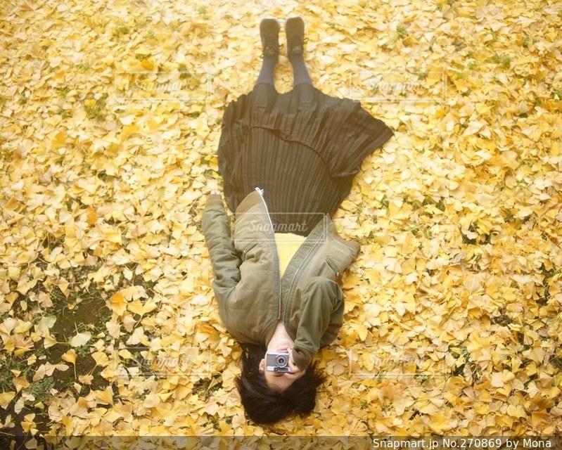 イチョウの絨毯とカメラ女子の写真・画像素材[270869]