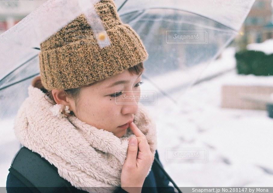 雪の日と女性の横顔の写真・画像素材[288147]