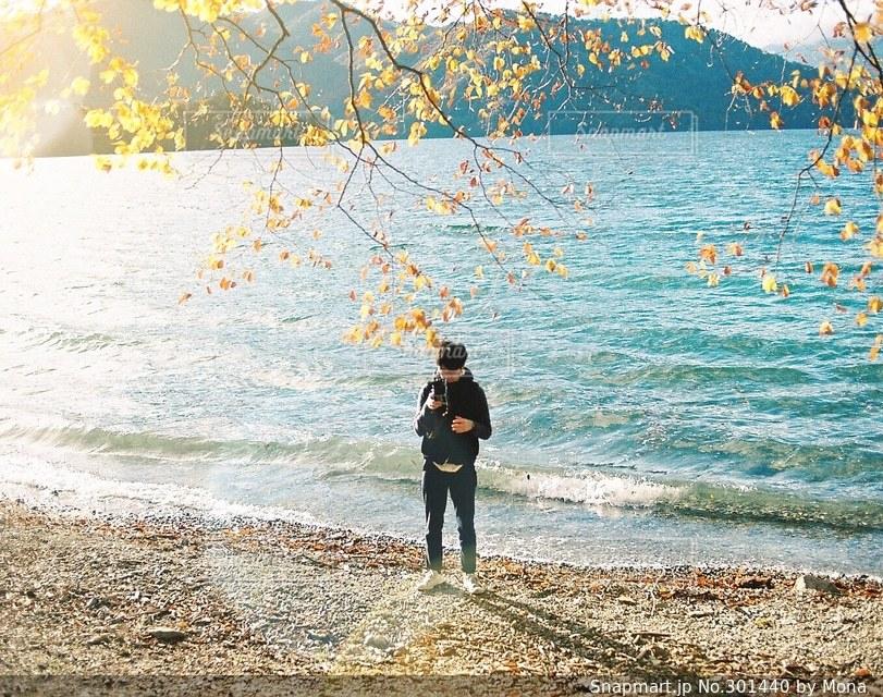 秋の光とカメラ男子の写真・画像素材[301440]