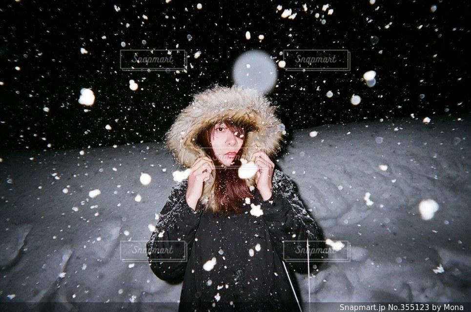女性,1人,20代,冬,夜,夜景,雪,屋外,暗い,雪景色,人物,寒い,SNOW,若い,上半身,冬休み