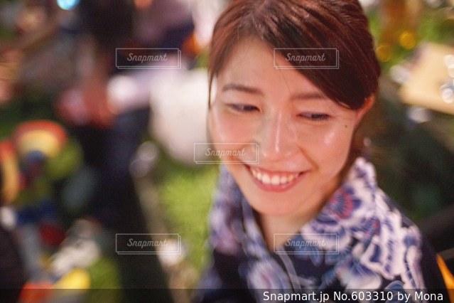 花火大会と浴衣の女性の写真・画像素材[603310]