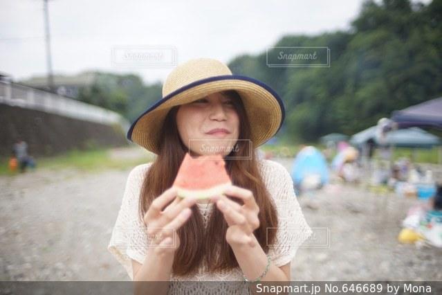 スイカを食べる女性の写真・画像素材[646689]