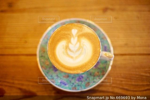 綺麗なティーカップとカフェラテの写真・画像素材[669693]