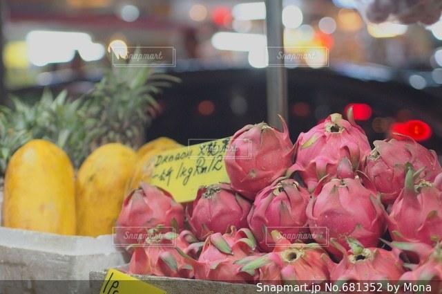 東南アジアのマーケットで売られるフルーツの写真・画像素材[681352]