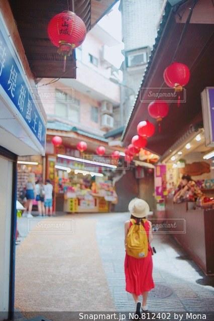 台湾の観光地をおさんぽする女性の写真・画像素材[812402]