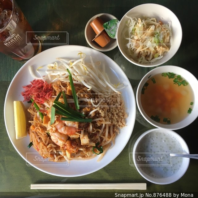 テーブルの上に食べ物の種類で満たされたボウルの写真・画像素材[876488]