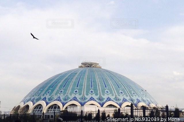 緑色の傘の大きな建物の写真・画像素材[932039]