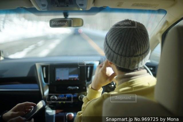 車を運転する男性の写真・画像素材[969725]