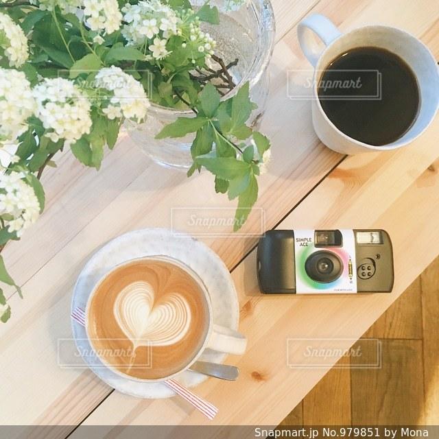 テーブルの上のコーヒー カップの写真・画像素材[979851]