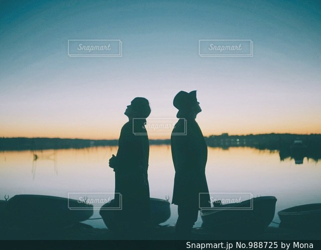 日没の前に立っている人の写真・画像素材[988725]