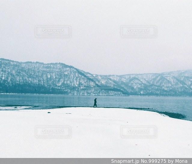 雪と東北の山脈の写真・画像素材[999275]