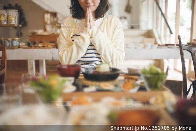 かわいいカフェでランチを食べるの写真・画像素材[1251705]