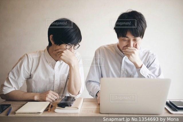 ノート パソコンを見ている人々 のグループの写真・画像素材[1354693]