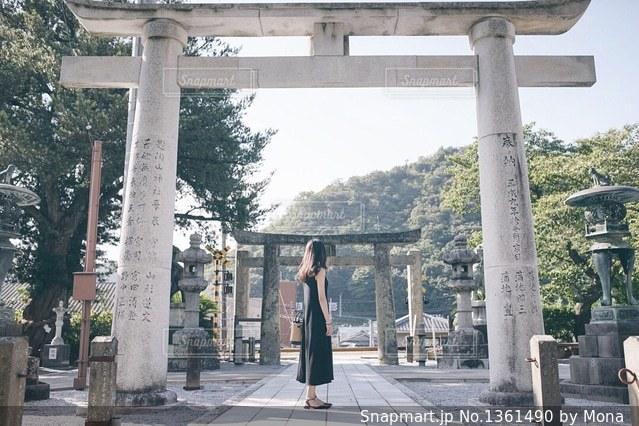 神社と女性のの写真・画像素材[1361490]