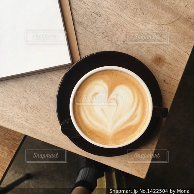 お気に入りのカフェのホットラテの写真・画像素材[1422504]