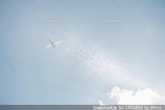 空を飛んでいる飛行機の写真・画像素材[1452854]