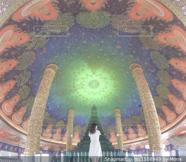 タイの神秘的なお寺と女性の写真・画像素材[1508949]