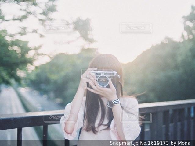 カメラをかまえる女性の写真・画像素材[1619173]