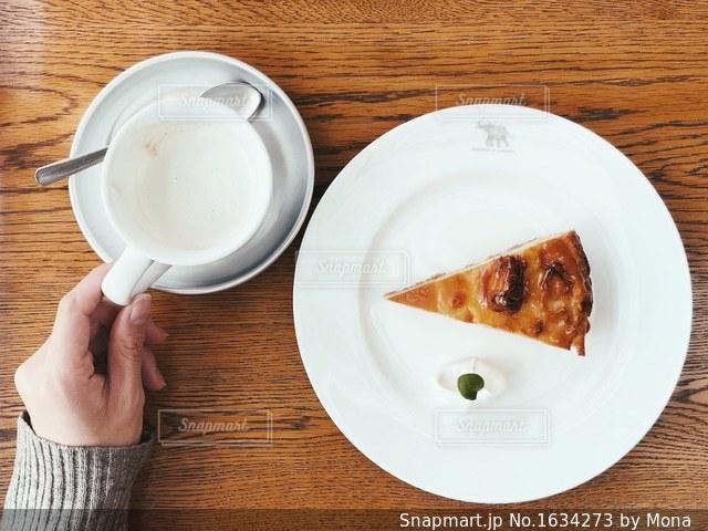 カフェでスイーツタイムの写真・画像素材[1634273]