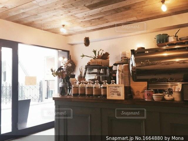 落ち着いたカフェの店内の写真・画像素材[1664880]